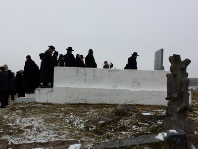 Jewish group prayer at the Volozhyn cemetery, 2014